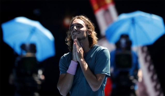 """Tsitsipas plaatst zich als eerste voor halve finale Australian Open en heeft opmerkelijke vraag aan publiek: """"Abonneer jullie a.u.b.!"""""""