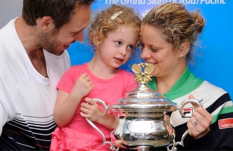 """Serena Williams uitgeschakeld op Australian Open na dramatische ommekeer, Kim Clijsters blijft zo """"Super Mom"""""""