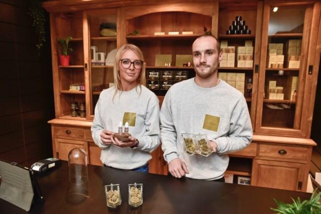 Legale cannabiswinkel opent de deuren in drukke winkelstraat