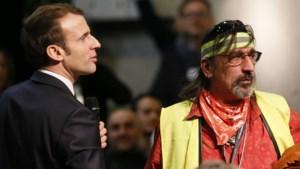 Na de gele hesjes, de rode sjaaltjes: de vrienden van wie Macron niet moet weten