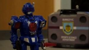 """Steven Defour krijgt """"robot"""" Peter Crouch als ploegmaat, en dat levert de leukste presentatie van de dag op"""