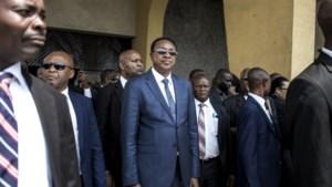 Luxewagens, levenslange premies en bodyguards: ex-parlementsleden Congo graaien nog gauw in de potten