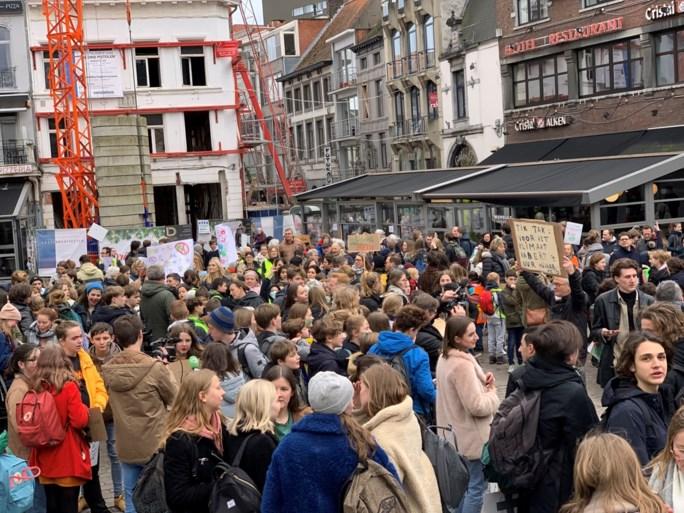 """Theo Francken uit kritiek op burgemeesters die klimaatspijbelaars steunen: """"Schaam u diep"""""""