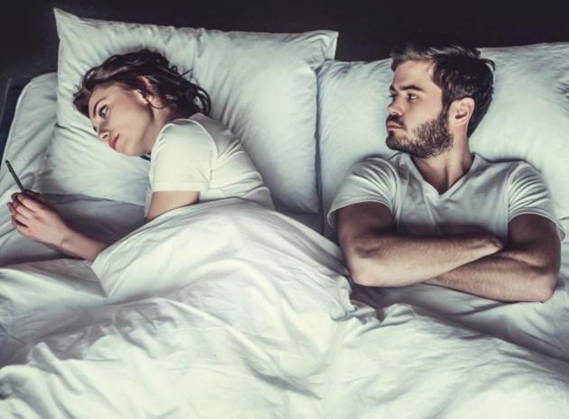 """Wat datingapps doen met je relatie: """"Tinder heeft niet als voornaamste doel dat jij van straat raakt, want dan is het twee gebruikers kwijt"""""""