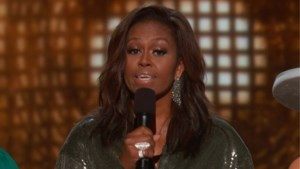 Michelle Obama verrast op Grammy Awards met speech, publiek door het dolle heen