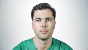 """Topdokter Karel mocht niet voortstuderen van zijn ouders, getuigen van Jehova: """"Ik moest met hen breken om chirurg te worden"""""""