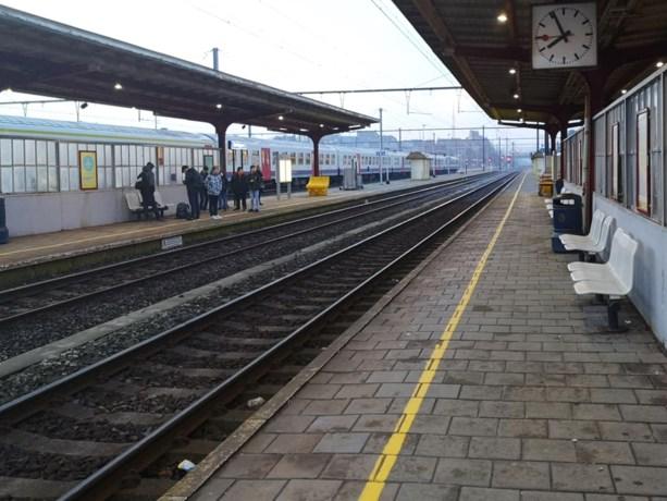 Omstanders redden man die onwel werd van gewisse dood op treinsporen