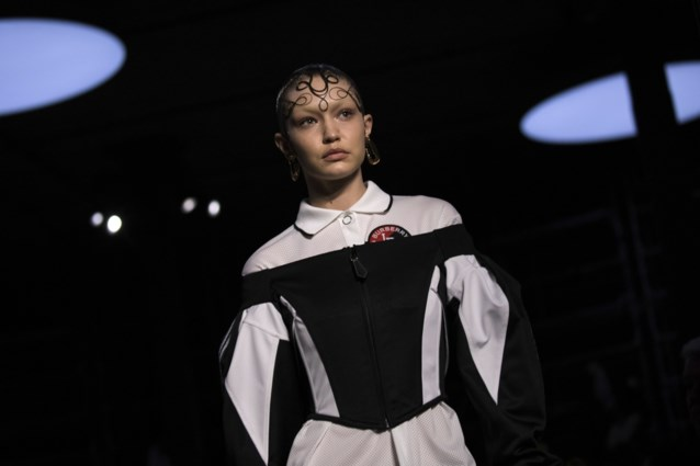 Gigi Hadid voor het eerst op de catwalk voor Burberry