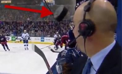 Commentator ontsnapt tijdens ijshockeywedstrijd: puck vliegt echt rakelings langs zijn hoofd
