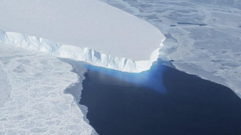 Gigantische gletsjer twee keer zo groot als België dreigt los te komen van Antarctica: zeeniveau kan tot 3 meter stijgen