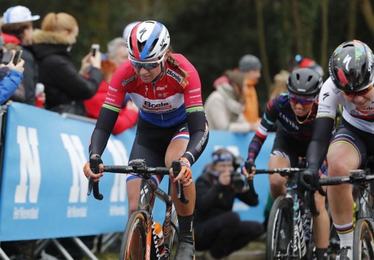 Derde keer, goede keer: Chantal Blaak wint na twee tweede plaatsen de Omloop Het Nieuwsblad