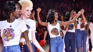 Grace Jones (70) danst op de catwalk van Tommy Hilfiger