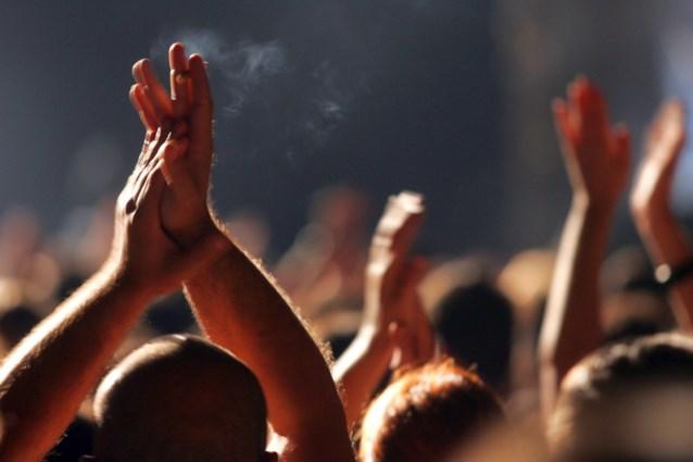 Binnen rocken, buiten roken: Kom op tegen Kanker voert campagne tegen stiekeme sigaret tijdens concerten