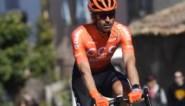 Pech voor Van Avermaet: helper Ventoso over fiets gekatapulteerd door tak op de weg en out voor voorjaar met vingerbreuk