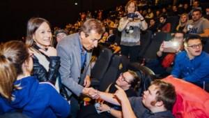 Prachtig moment: acteurs 'FC De Kampioenen' ontmoeten cast van 'Down the road'