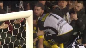 Mooi moment: clubicoon Overmeire kruipt tussen de Lokeren-fans na laatste match voor degradatie