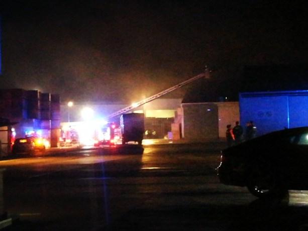 Grote schade bij bedrijf na hevige brand in loods in Kortemark