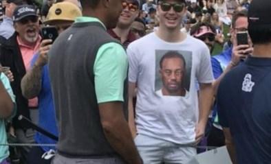 Fan confronteert Tiger Woods met 'mugshot' en die kan een grijns niet onderdrukken