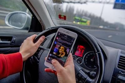 Gsm'en achter het stuur wordt even lastig als rijden zonder gordel