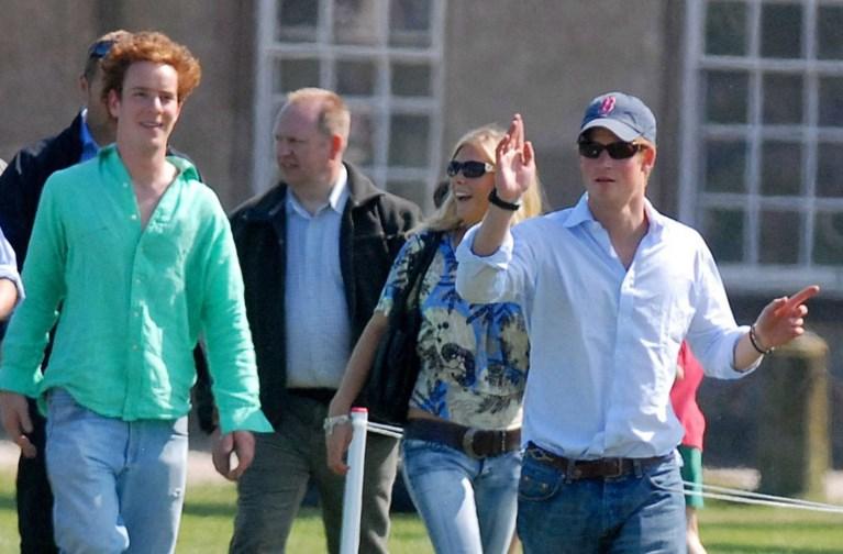 ROYALS. Liet prins Harry zijn jeugdvriend vallen? En kijk welke kleine prins komt piepen aan het raam