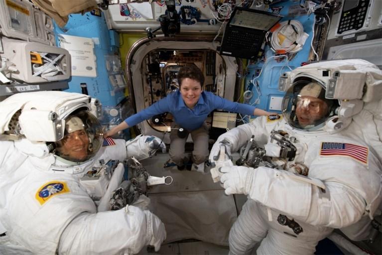 Eerste volledig vrouwelijke ruimtewandeling gaat niet door… omdat astronaute vijf centimeter gegroeid is