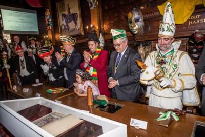 Carnavalisten bezorgen Hasselt 'Gulden boek' terug
