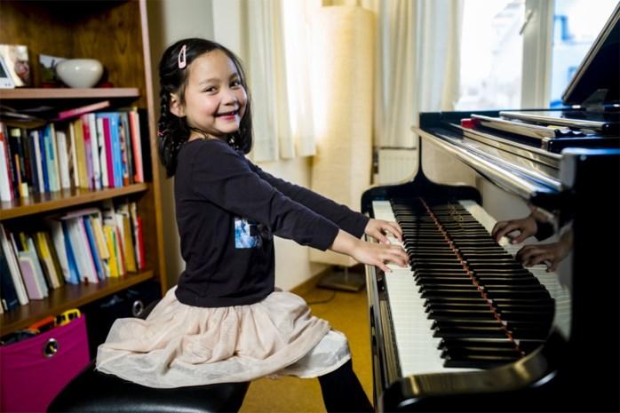 Amper zes jaar en toch kreeg Akari een gevulde Bozar stil met haar talent achter de piano