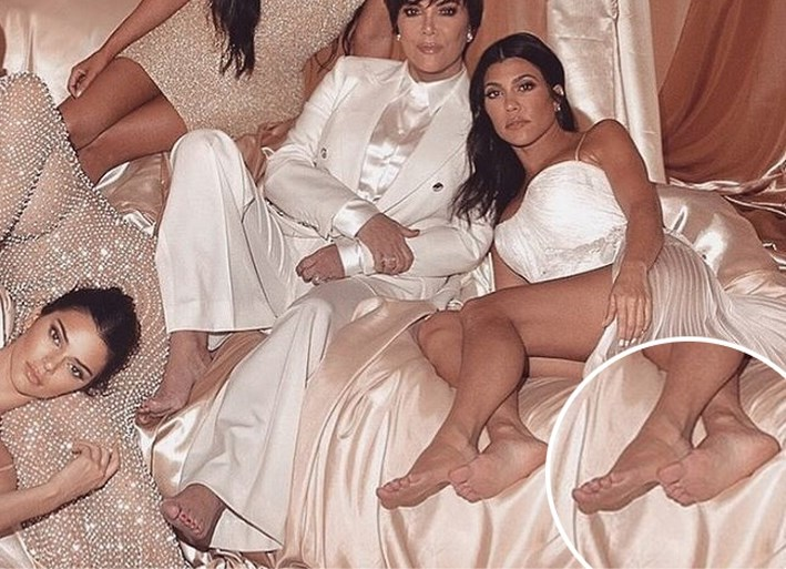 Nieuwe Photoshop-blunder: zie jij wat er mis is met Kourtney Kardashian op deze foto?