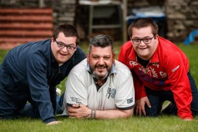 """Vader met down-tweeling vertedert Vlaanderen na uitschakeling in 'The voice': """"Zij leren me relativeren"""""""