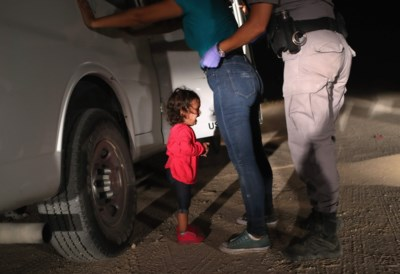 Het verhaal achter het beklijvende beeld van het huilende meisje dat Trump een beetje milder maakte