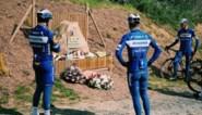 Renners van Deceuninck-Quick Step houden tijdens verkenning geëmotioneerd halt aan monument voor Michael Goolaerts