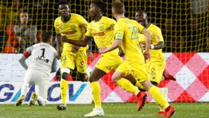 Anthony Limbombe schiet Nantes naar de zege tegen Lyon met magistrale vrije trap (en ook Kalifa Coulibaly scoort)