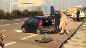 BMW rijdt aan hoge snelheid in op andere bestuurder en vlucht daarna via weide langs de snelweg