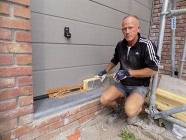 """Vandalen lijmen poorten en ramen in nieuwbouw vast: """"Voor tienduizenden euro's aan schade"""""""