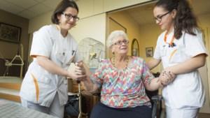 """N-VA heeft plan klaar voor extra werkkracht in de zorg: """"Minder administratie, meer verzorgen"""""""