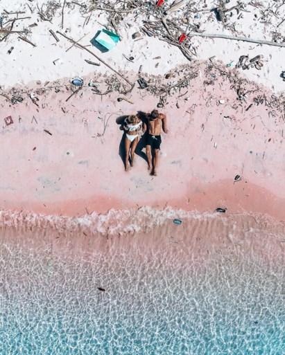 """Exact één jaar later doet koppel foto op iconisch strand opnieuw, het verschil is enorm: """"Dit breekt ons hart"""""""