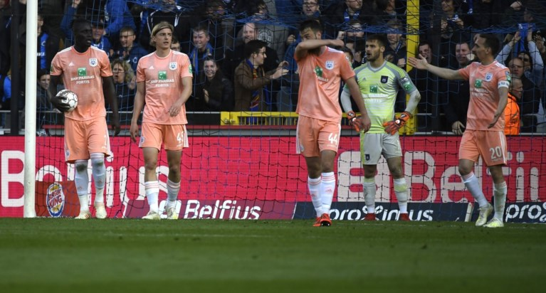 VAR werkt even tegen, maar Club Brugge wint verdiend van onmondig Anderlecht en houdt leider Genk in het vizier