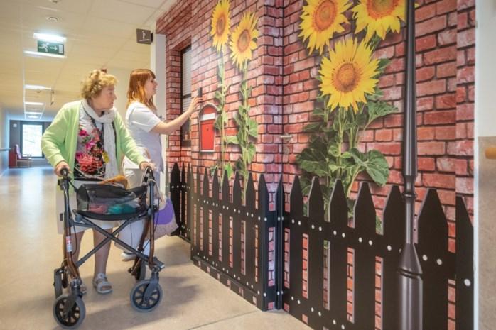 Rusthuis vindt geniale oplossing: liften en deuren lijken op gevels zodat personen met dementie niet proberen te ontsnappen