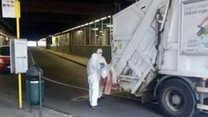 Om zich te beschermen tegen besmettelijke ziektes dragen vuilnisophalers nu witte pakken en mondmaskers in Noordstation