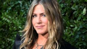 """Jennifer Aniston (50) gaat topless: """"Borsten zijn toch niet aanstootgevend?"""""""