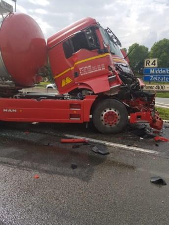 R4 richting Zelzate versperd door ongeval met vrachtwagens