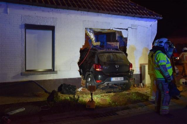 Bestuurster rijdt woonkamer binnen met wagen in Denderleeuw