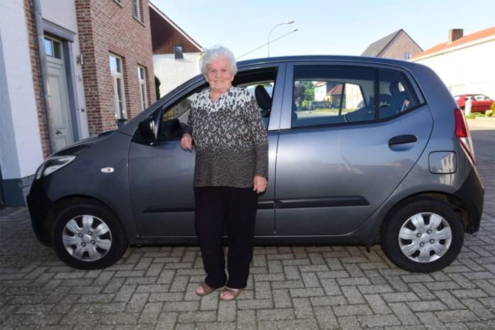 """Louisa (82) rijdt al zestig jaar lang rond zonder rijbewijs: """"Nooit gebotst en nooit geflitst. Ik vind dat ik een medaille verdien"""""""