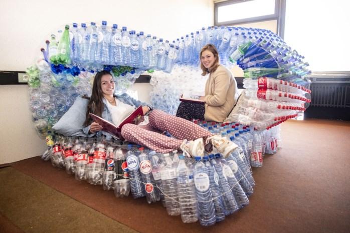 """Studenten architectuur maken ecologisch bed uit 990 petflessen: """"Heel comfortabel om in het zonnetje op te liggen"""""""