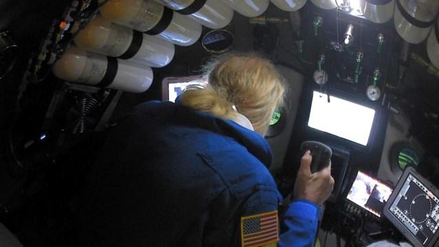 Amerikaan slaagt in diepste duik ooit in oceaan en vindt daar… een plastic zak