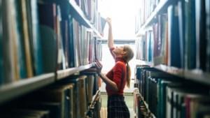 """Onze vrouw brengt een ode aan de bibliotheek: """"Welkom terug. U moet eerst nog een openstaande boete betalen"""""""