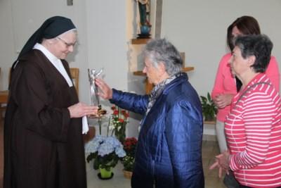 Gelovigen komen naar Ieperse kapel om relikwie van paus Johannes-Paulus II te vereren