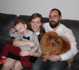 """Tim lag 12 dagen in coma na legionellabesmetting: """"Het is kantje boord geweest, maar nu kan ik eindelijk mijn zoontje weer oppakken"""""""