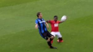 "Standard-verdediger Collins Fai riskeert drie speeldagen schorsing na deze ""brutale fout"" tegen Club Brugge"