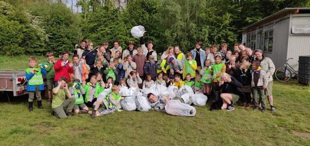 Scouts halen 27 zakken zwerfvuil van straat in Hofstade